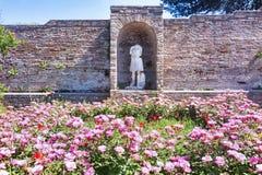 Мимолётный взгляд руин двора Фортуны Annonaria della Domus и Стоковые Фотографии RF