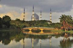 Минарет и купол мечети с отражением стоковое фото rf