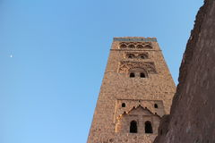 Минарет мечети Koutoubia снизу на голубом небе Стоковые Изображения