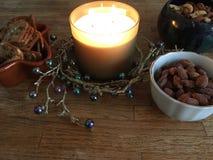 Миндалины, пеканы, & анакардии светом горящей свечи Стоковые Изображения RF