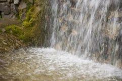 Минеральная весна Поток в КУРОРТЕ Лечебная вода курорт Водопады Лето Ясность и свежая вода на каменной стене стоковые изображения