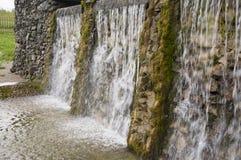 Минеральная весна Поток в КУРОРТЕ Лечебная вода курорт Водопады Лето Ясность и свежая вода на каменной стене стоковое фото