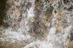 Минеральная весна Поток в КУРОРТЕ Лечебная вода курорт Водопады Лето Ясность и свежая вода на каменной стене стоковое изображение rf
