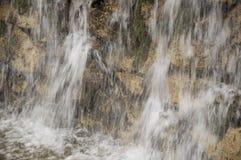 Минеральная весна Поток в КУРОРТЕ Лечебная вода курорт Водопады Лето Ясность и свежая вода на каменной стене стоковое фото rf