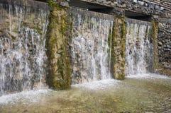 Минеральная весна Поток в КУРОРТЕ Лечебная вода курорт Водопады Лето Ясность и свежая вода на каменной стене стоковая фотография