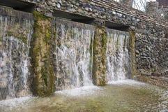 Минеральная весна Поток в КУРОРТЕ Лечебная вода курорт Водопады Лето Ясность и свежая вода на каменной стене стоковое изображение