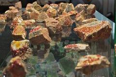Минеральный камень оранжевого красного цвета кристаллов Wulfenite образца Стоковое Изображение RF