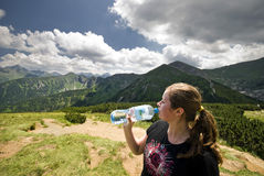 Минеральная вода кавказской молодой женщины выпивая стоковая фотография rf