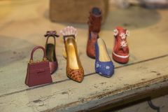 Миниатюра красочных ботинок и сумки женщин высокой пятки Стоковое Фото
