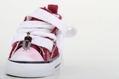 Миниатюра мальчика сидя на тапке Стоковое Фото