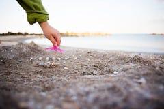 Миниатюра с зонтиком коктеиля на пляже Стоковое фото RF
