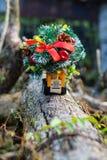 Миниатюра транспорта грузовика и рождественской елки Принципиальная схема праздника Стоковое Фото