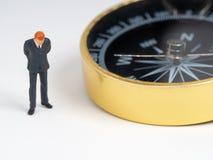 Миниатюрная диаграмма бизнесмен в положении темно-синего костюма на стороне золотого компаса Концепция для находить путь как к ус стоковые изображения rf