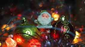 Миниатюрная диаграмма Санта Клауса между 2 безделушками смертной казни через повешение игрушки для рождественской елки Серебряное видеоматериал
