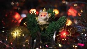 Миниатюрная диаграмма Санта Клауса между 4 безделушками смертной казни через повешение игрушки для рождественской елки Золотое Са сток-видео
