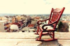 Миниатюрная кресло-качалка на деревянном поле Стоковые Фото