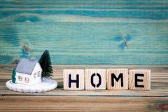 Миниатюрная модель дома и деревянное письмо отправляют СМС: дом стоковое изображение rf