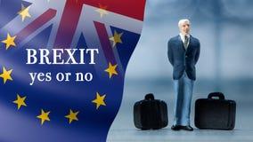 Миниатюрное †людей «бизнесмен представляя с флагами Великобритании и Европейского союза совместило для референдума 2016 Стоковые Фотографии RF