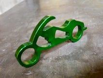 Миниатюрное keychain мотоцикла с консервооткрывателем бутылки стоковое изображение
