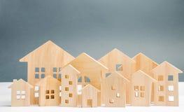 Миниатюрные деревянные дома сбывание ренты домов квартир имущества реальное Город аггломерация и урбанизация Аналитик рынка недви стоковое фото