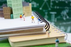 Миниатюрные дети: Группа в составе дети идя на книги Отображайте польза для принимать отключение к школе, концепцию образования стоковое фото
