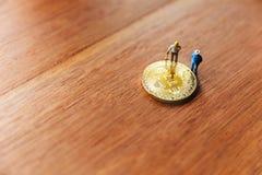 Миниатюрные землекопы и bitcoin Стоковое фото RF