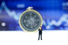 Миниатюрные люди: бизнесмены стоя на financ диаграммы диаграммы Стоковая Фотография RF