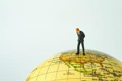 Миниатюрные люди вычисляют бизнесмена стоя на Соединенных Штатах  Стоковое Фото
