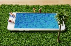Миниатюрные люди в усаживании купальника и ослабляют на бассейне мобильного телефона Стоковая Фотография RF