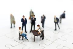Миниатюрные люди: Группа бизнесмена советует с идеями дела Отображайте польза для разрешить проблемы, концепцию дела Стоковое Изображение RF