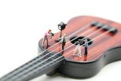 Миниатюрные люди: Директор, штат и актеры на наборе видео- певицы с гитарой, концепцией музыки продукции стоковые изображения rf