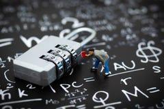 Миниатюрные люди: Зашифрование бизнесмена и ключа для всех замков Отображайте польза для системы безопасности предпосылки, мотыги стоковое фото rf