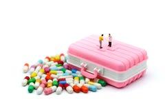 Миниатюрные люди: Капсулы Piill доктора и пациента, коробка пилюльки Стоковые Фотографии RF