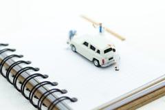 Миниатюрные люди: Работники составляют автомобиль Отображайте польза для очищать и обслуживания, концепция автомобиля дела Стоковое фото RF