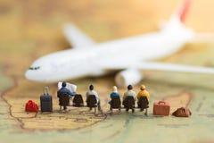 Миниатюрные люди: самолет людей ждать используя как предпосылку Стоковые Фото