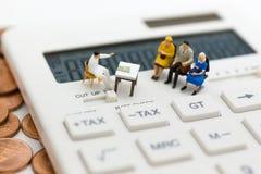 Миниатюрные люди: Соберите людей сидя на ежемесячно налога вычисления стула ждать/yearly Польза изображения для вычисления налога стоковое фото rf