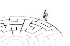 Миниатюрные люди: Стойка на лабиринте, концепция бизнесмена дела Стоковые Фотографии RF