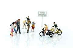 Миниатюрные люди: студент или дети пересекая дорогу на пути к s стоковое изображение rf