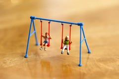 Миниатюрные люди: Счастливый семьи и детей, счастливого дня семьи Стоковые Изображения RF