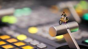 Миниатюрные люди: укомплектуйте личным составом велосипед катания на управлении switcher телефона Стоковые Фото