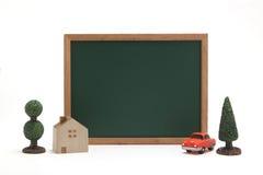 Миниатюрные дом, автомобиль, и классн классный на белой предпосылке Стоковая Фотография
