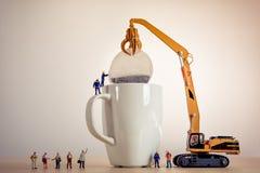 Миниатюрные парни делая чай Стоковые Фото