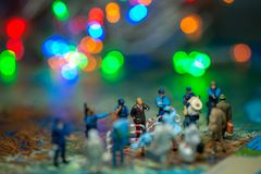 Миниатюрные пограничные патрули США концепции людей игрушки против группы в составе переселенец Стоковая Фотография
