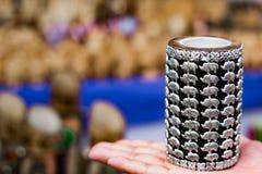 Миниатюрные серебряные модели слона на ручке стоят в черной предпосылке стоковая фотография rf
