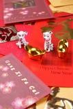 Миниатюрные собаки с китайскими пакетами angpow Нового Года - серией 2 стоковое фото rf