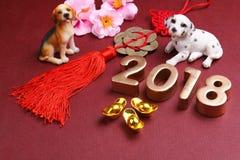 Миниатюрные собаки с украшениями 2018 Нового Года chinse - серия 9 стоковое фото rf