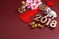 Миниатюрные собаки с украшениями 2018 Нового Года chinse - серия 11 стоковые фотографии rf