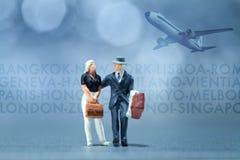 Миниатюрные люди - бизнесмены ждать в авиапорте лоббируют Стоковая Фотография RF