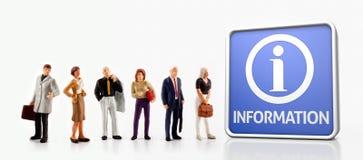 Миниатюрные люди - группа людей стоя в фронте доска информации Стоковое Изображение RF