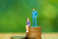 Миниатюрные люди, малые диаграммы бизнесмены и женщина na górze Стоковые Фото